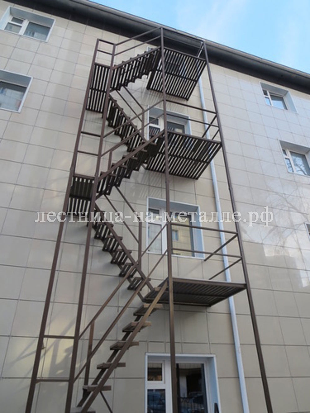 железная дверь на выход к лестнице